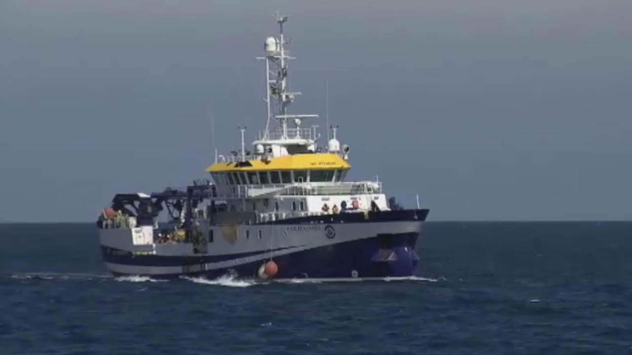 Un buque oceanográfico comienza a revisar las profundidades en busca de pistas de las niñas desaparecidas.Mariscadoras de O Vicedo, en imagen de archivo en la playa de Abrela, extrajeron durante años coquina