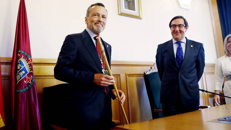 Hernández asume el bastón de mando en Santiago.Hernández defiende la idea de un equipo «cohesionado» en el que habrá nueve delegaciones y otras tantas dedicaciones exclusivas