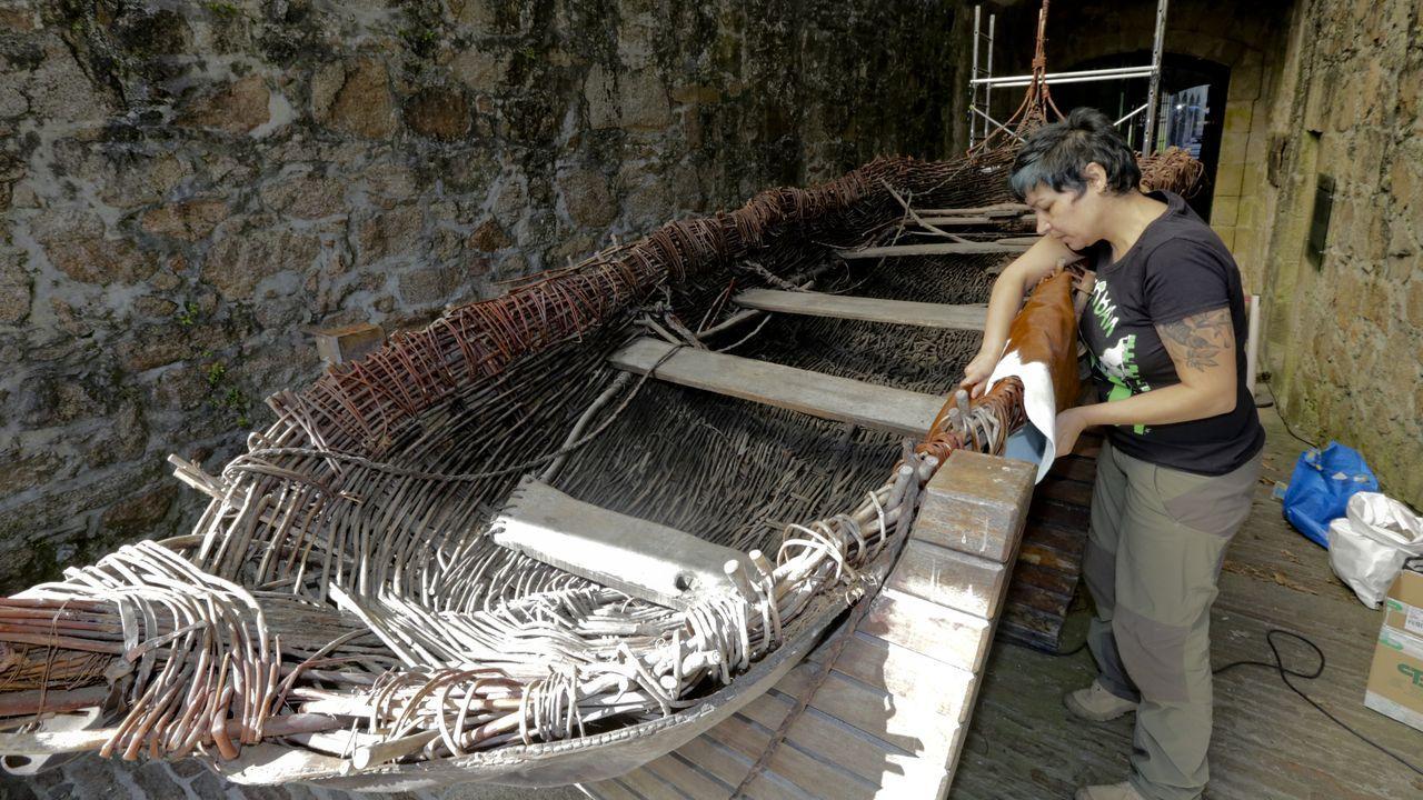 La arqueóloga y restauradora Victoria Folgueira utiliza pieles de cuero de vaca y mimbre para la restauración del Borna, la réplica de un barco prehistórico que se expone en el Museo Arqueolóxico, en el castillo de San Antón (A Coruña)