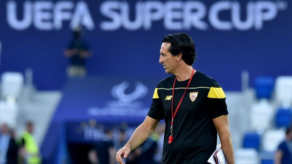 Emery desconfía de la baja de Neymar.Llorente, del Sevilla, le disputa el balón a un jugador del Celta.