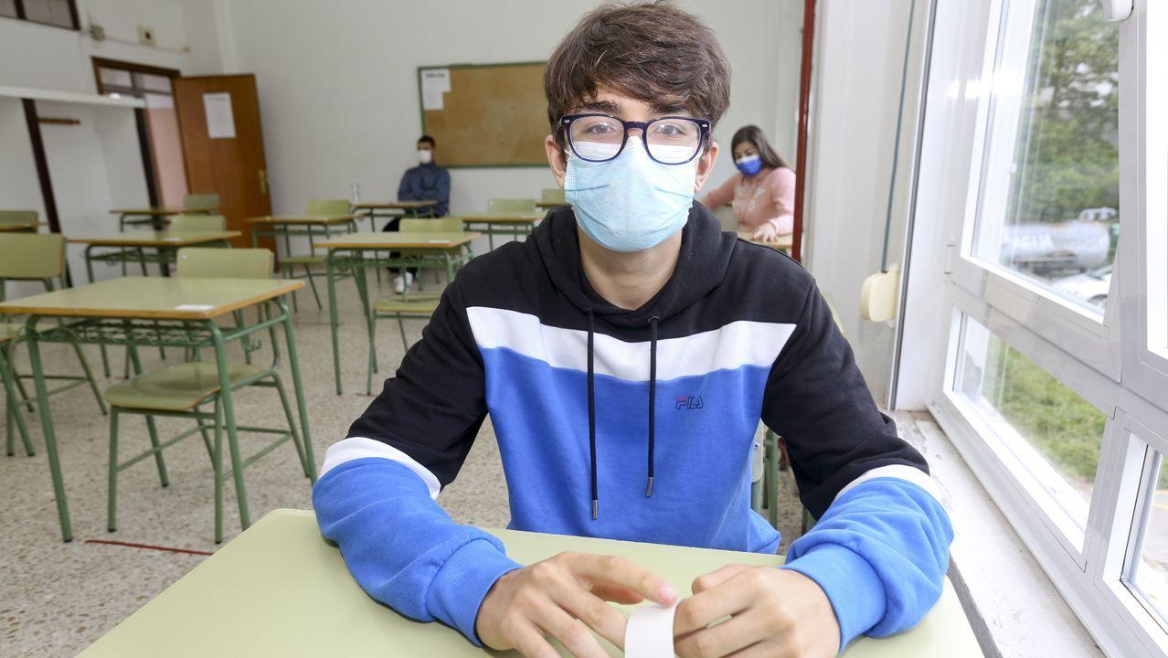 Estudiantes repasando los apuntes para los últimos exámenes de selectividad en la Facultade de Química de Santiago