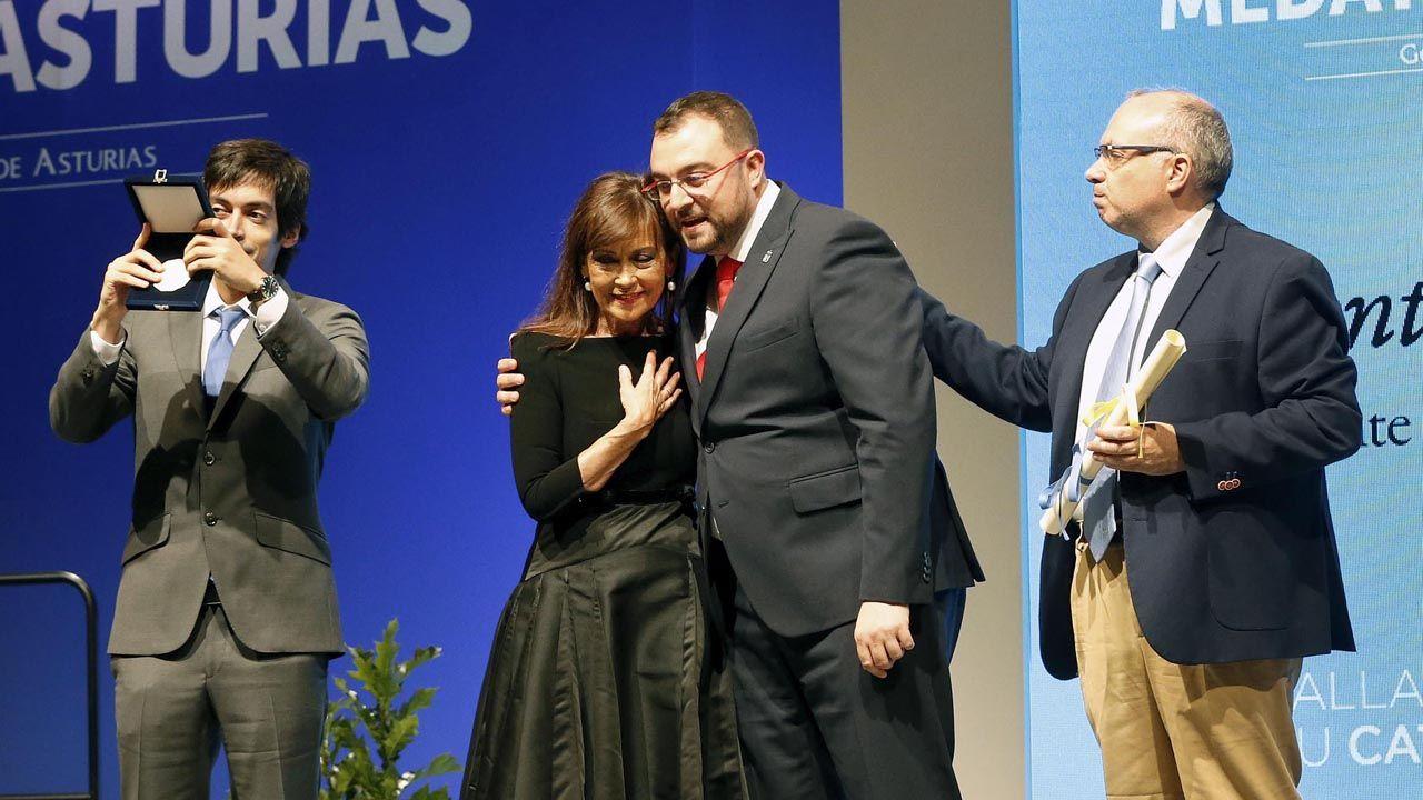 El presidente del Principado de Asturias, Adrián Barbón, entrega la Medalla de Oro de Asturias a título póstumo a Soledad Saavedra, viuda de Areces, acompañada por sus hijos