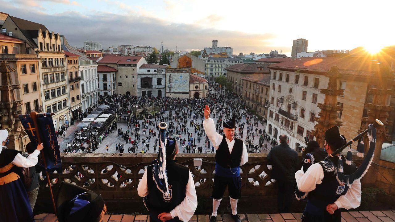 Concierto de campanas en Oviedo.Emmanuel Carrère