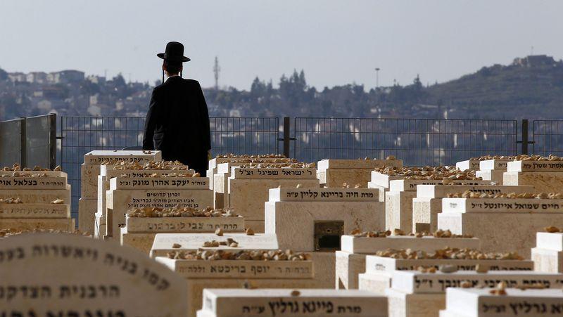 «Los asesinaron sólo porque eran judíos».Valls se seca las lágrimas tras el emotivo homenaje a los tres policías asesinados.