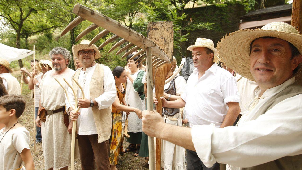 Vecinos y vecinas de A Pobra do Brollón celebrando la Feira Guímara