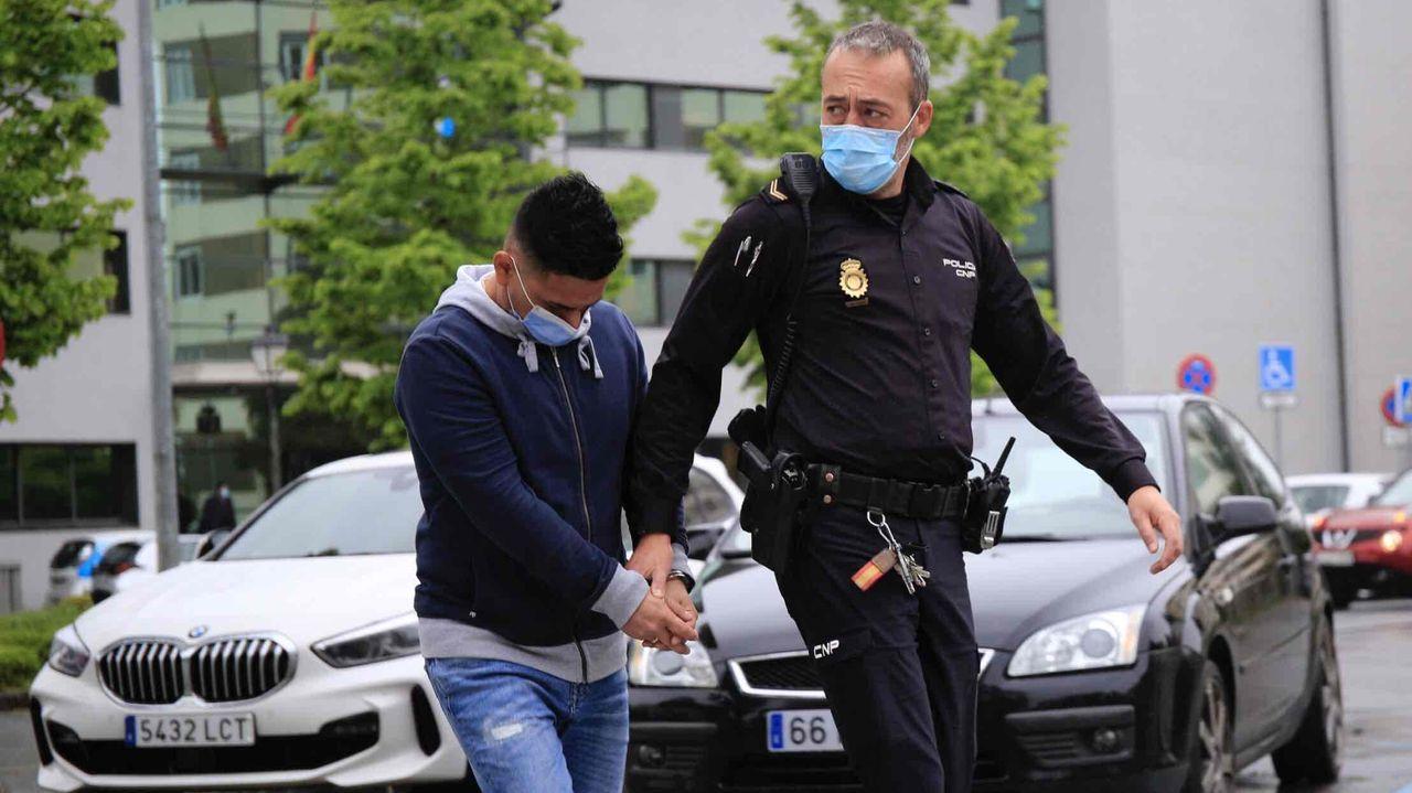 El joven condenado por agredir sexualmente a una menor en la Praza Maior de Lugo entra en los juzgados.Foto de archivo de los juzgados de Lugo