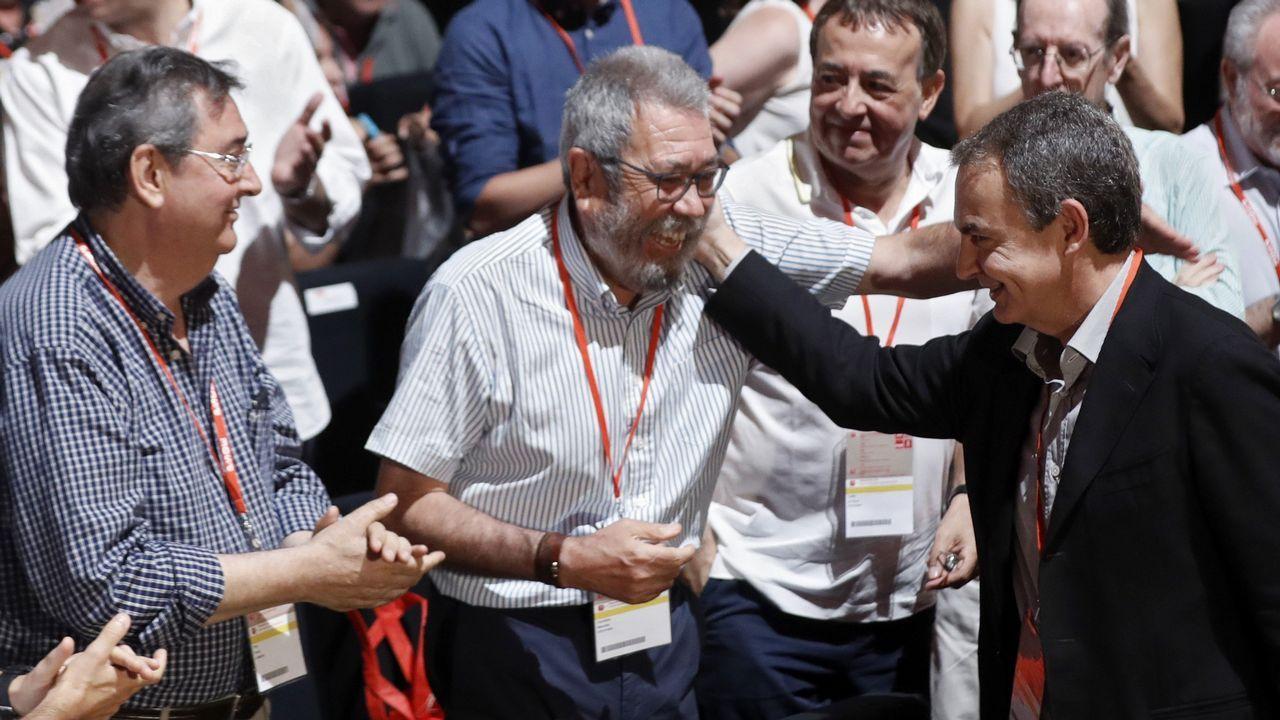 Zapatero saluda a Cándido Méndez, exsecretario general de UGT, en presencia del ex número dos del sindicato, Toni Ferrer