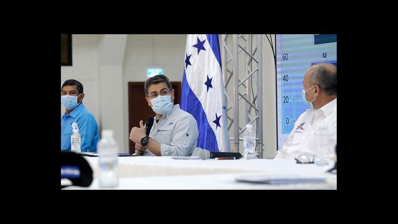 El presidente de Honduras, Juan Orlando Hernández, con mascarilla por la pandemia