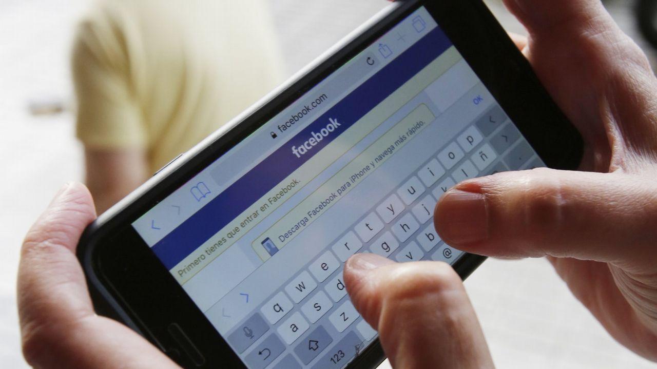 Logotipo de Facebook en un teléfono móvil