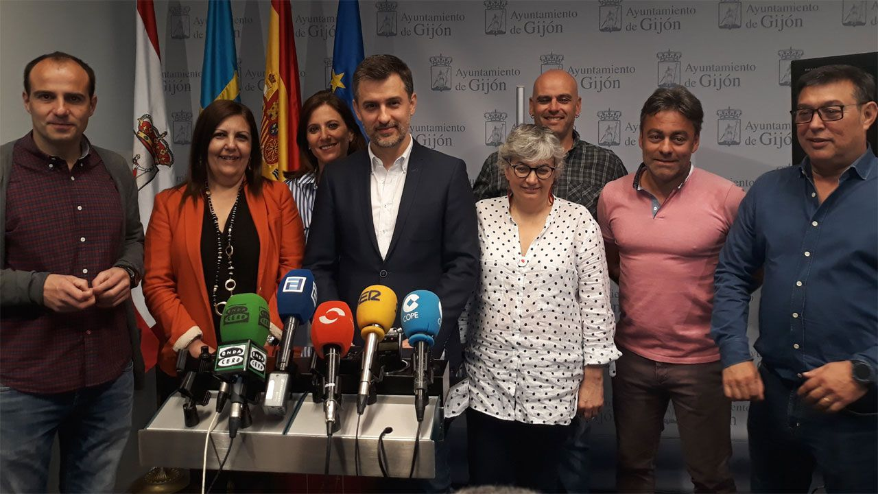 El PSOE inicia su campaña en el corazón de Oviedo.José María Pérez, junto a la candidata socialista Ana González y el grupo municipal del que ha sido portavoz, en el Ayuntamiento ´