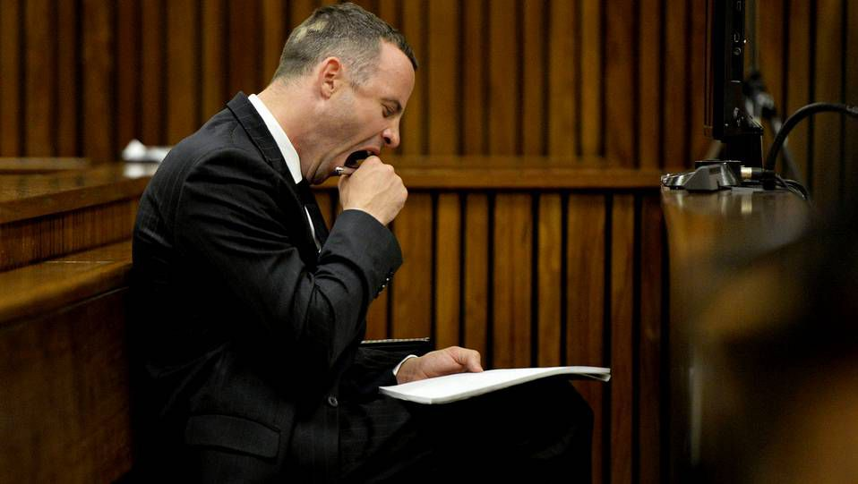 Oscar Pistorius bosteza durante el juicio por el asesinato de su novia, la modelo Reeva Steenkamp