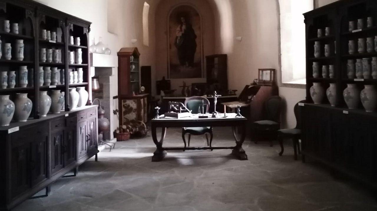 En la restauración de la botica, los monjes consiguieron recuperar material de la sala antigua