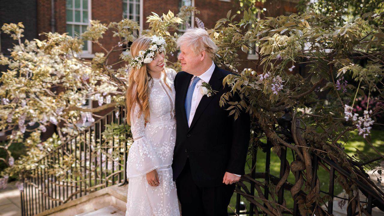 Carrie Symonds y Boris Johnson posan en los jardines del número 10 de Downing Street después de su boda