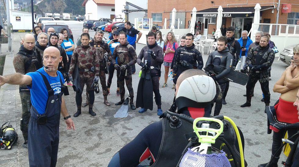 Los submarinistas reciben instrucciones para limpiar el fondo del mar en Cudillero.Los submarinistas reciben instrucciones para limpiar el fondo del mar en Cudillero