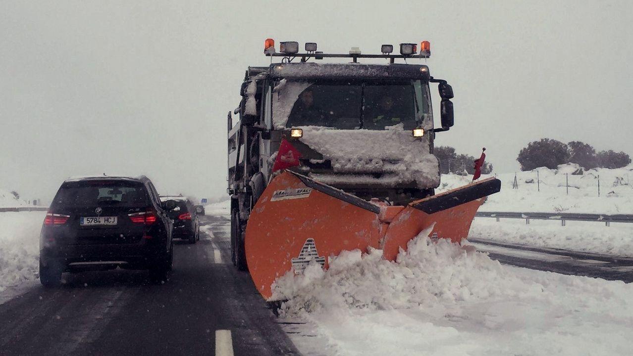 Miles de coches atrapados en la AP-6 y A-6 por el temporal de nieve