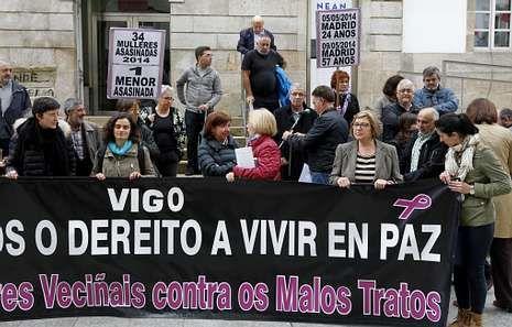 <span lang= es-es >Concentración contra los malos tratos</span>. La Rede de Mulleres Veciñais contra os Malos Tratos se concentró ayer en el Marco para mostrar su repulsa por la violencia de género.