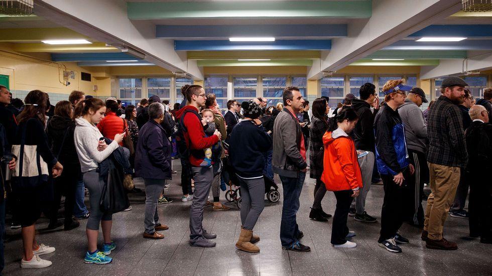 La candidata demócrata saluda a algunos seguidores a su llegada al centro de votación.