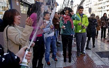 Vídeo promocional de la Lotería del Niño 2013.Vecinos de Alcorcón (Madrid) celebran los 40 millones que se han repartido en la ciudad.