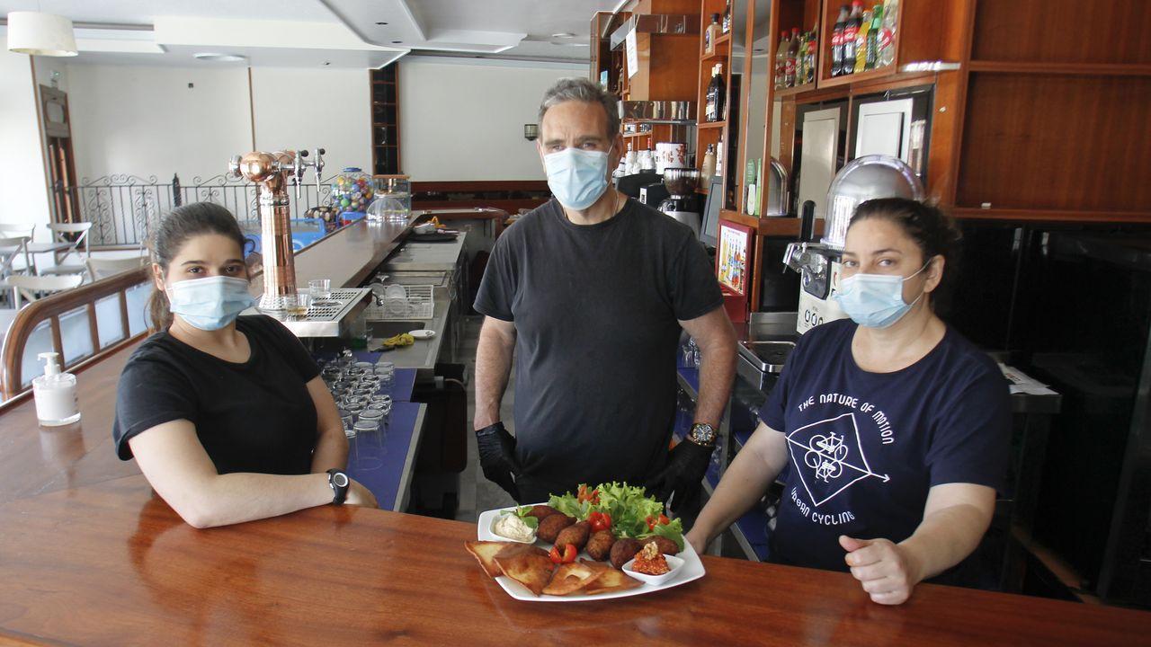 Lila y José Luis (en la foto con Melani Hanim, del grupo familiar) reabrieron el somar el 11 de julio