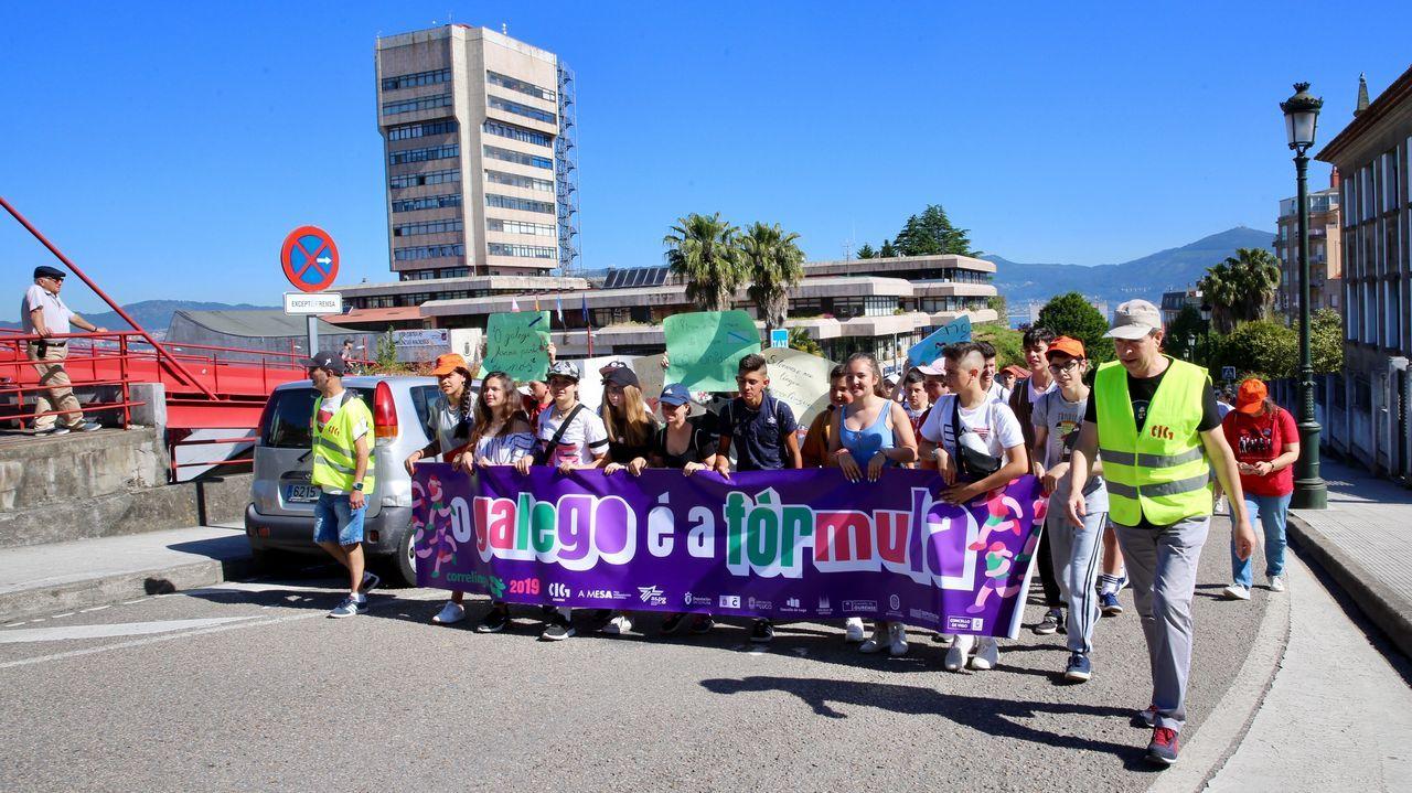Os escolares de Vigo e área defenden o galego.Laura cuida y da de comer a varios gatos