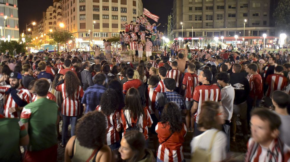 ¡Toda la noche en la calle!.La plantilla burelista al completo posa antes de comenzar el partido.