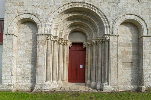 Puerta principal de la iglesia de Diomondi, uno de los más importantes monumentos románicos de la Ribeira Sacra