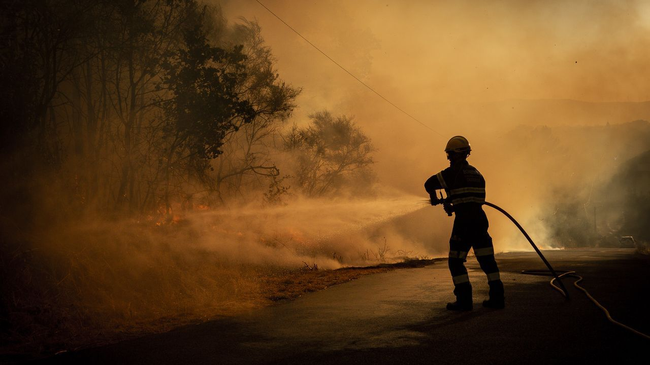 Los medios de extinción trabajan en Vilariño de Conso.Imagen del incendio en Cualedro, al comienzo de este fin de semana
