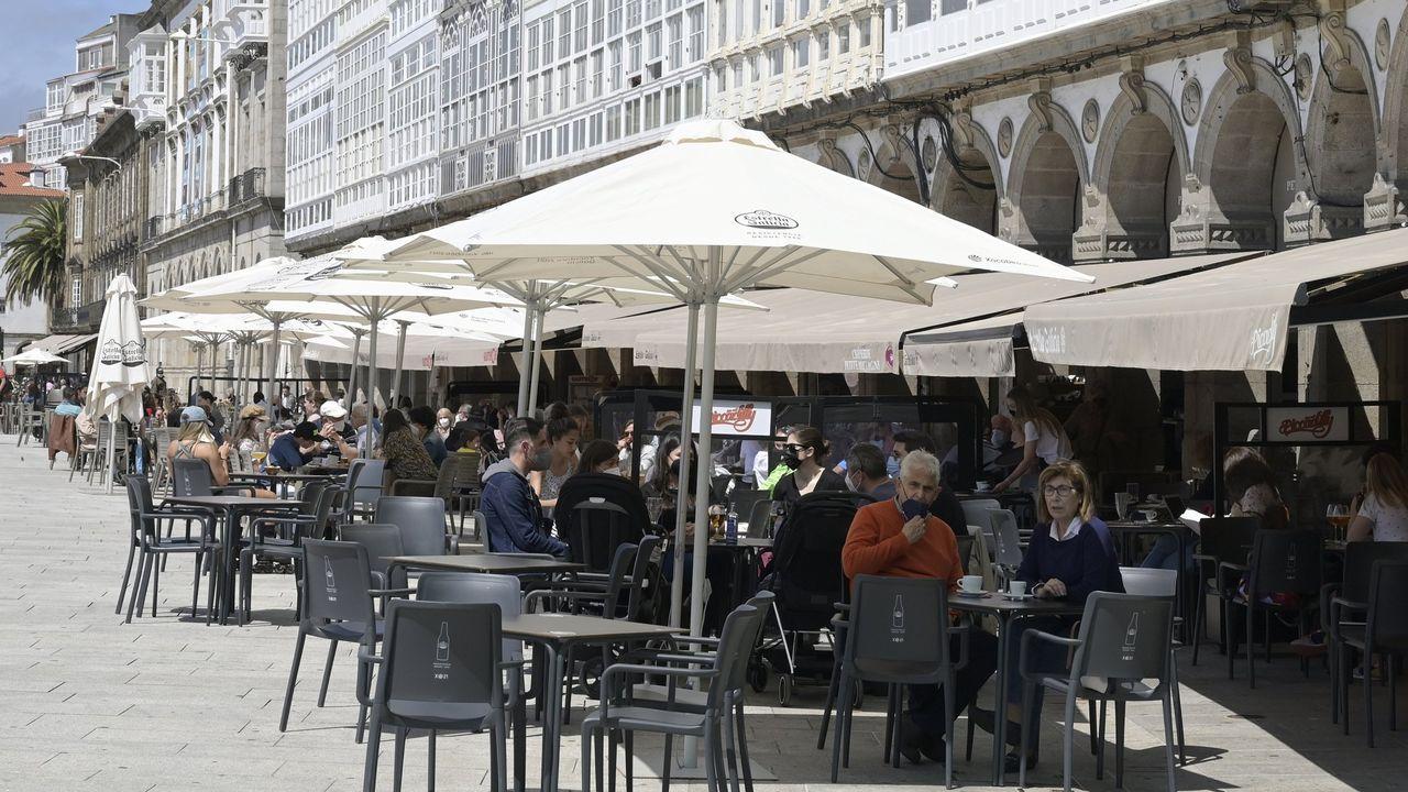 En directo: Comparecencia del conselleiro de Sanidade.Clientes con mascarilla en una terraza del centro de Monforte