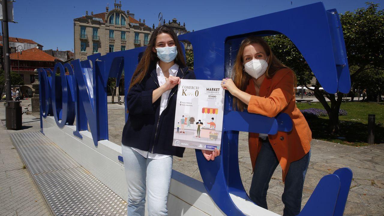 Sibila Leis y Marta Lado, este jueves en Pontevedra, centraron su trabajo de fin de grado en el comercio local de la ciudad