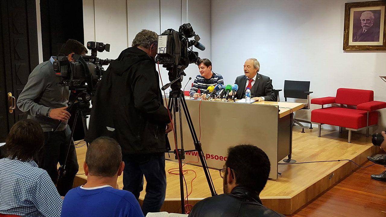 Somos, PSOE e IU se ponen deberes para lo que queda de mandato.Wenceslao López y Silvino González, en la sede de la Agrupación Municipal Socialista de Oviedo (AMSO)