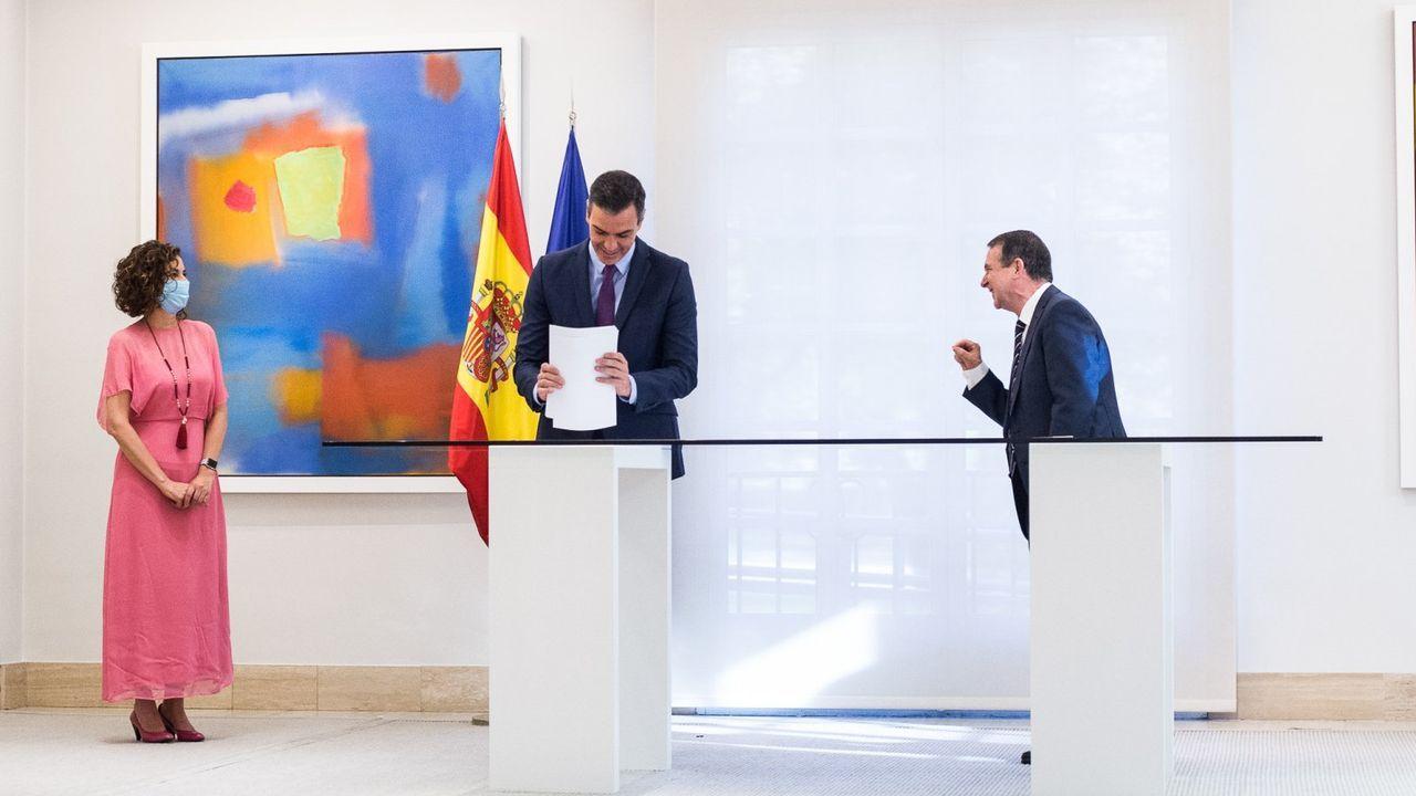 La ministra María Jesús Montero, el presidente del Gobierno Pedro Sánchez y el presidente de la FEMP Abel Caballero, tras el acuerdo sobre el remanente de los ayuntamientos
