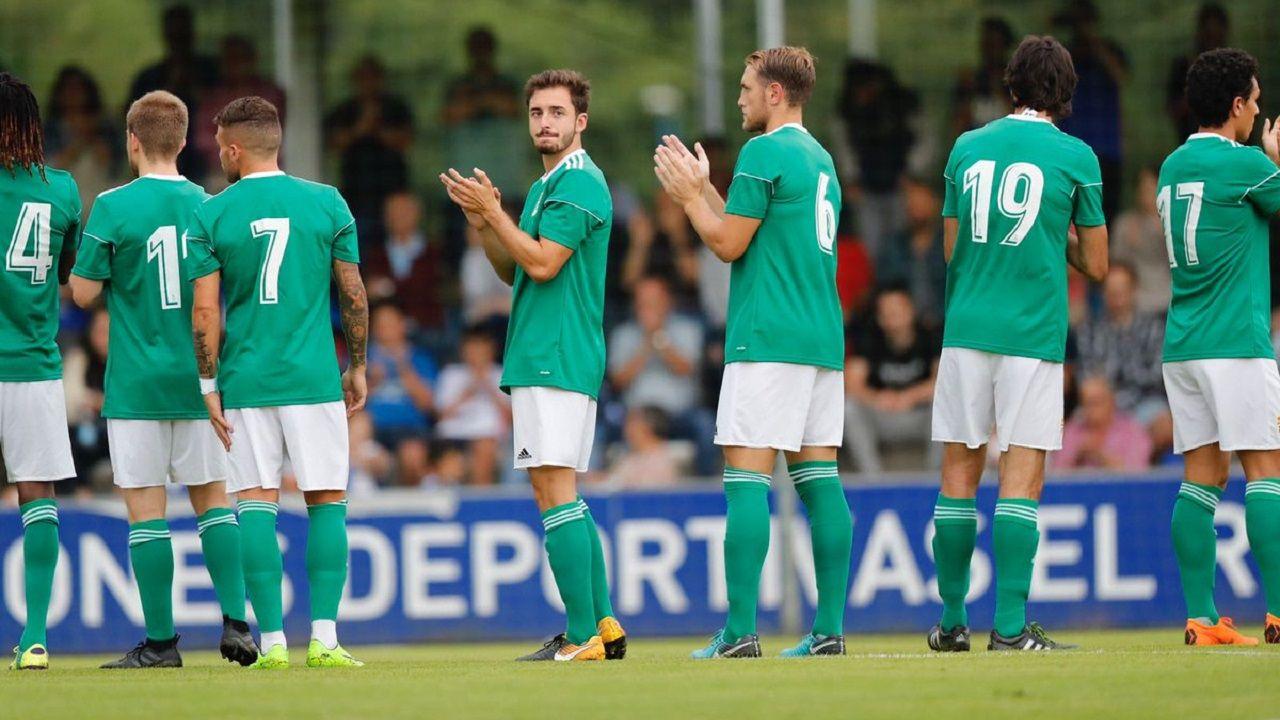 Los jugadores del Oviedo saludan a los espectadores de El Requexón