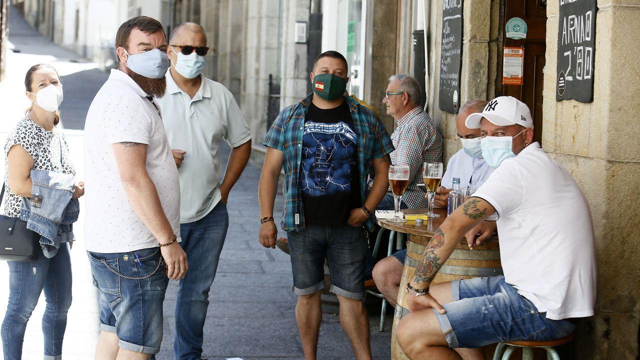 Gente con mascarilla en el casco histórico de Viveiro