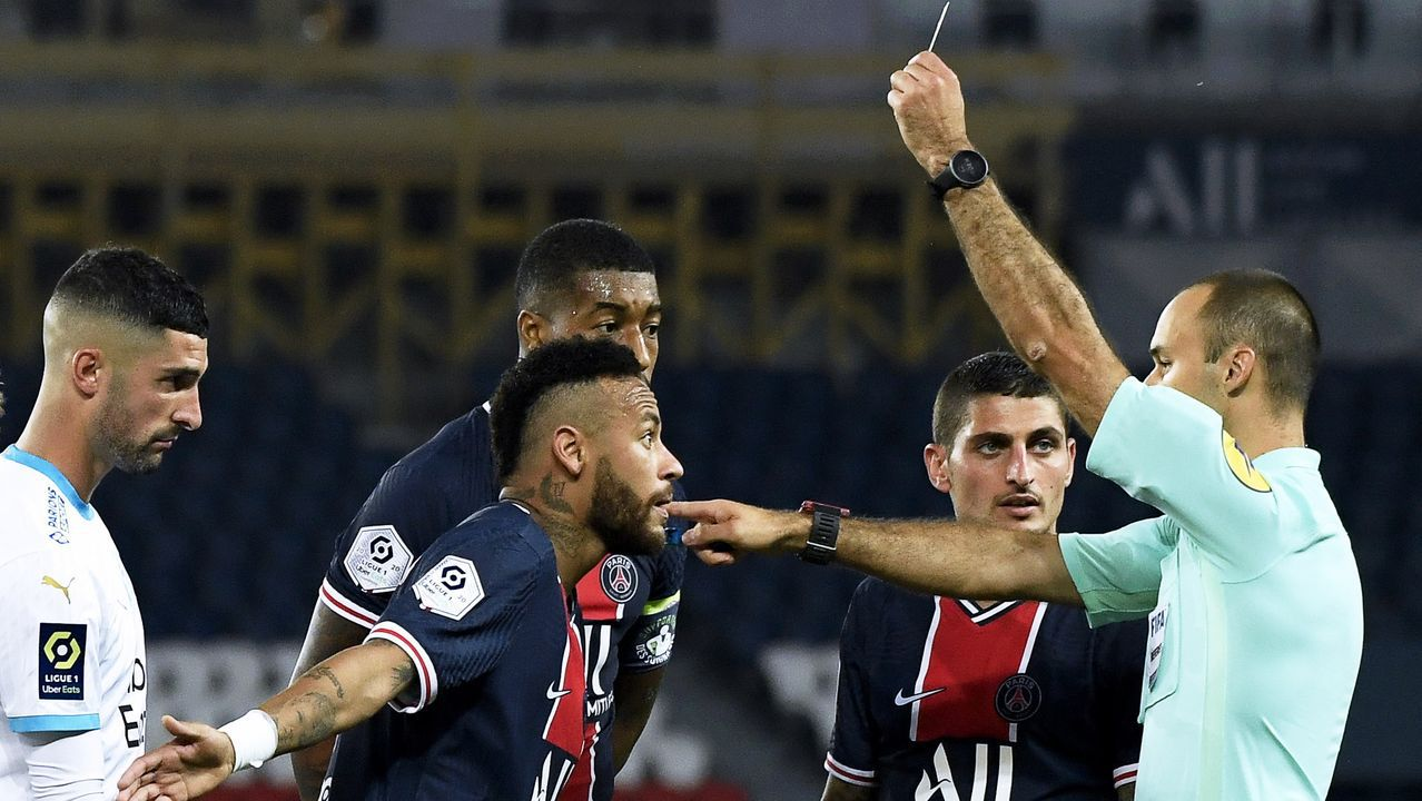 Neymar, con Álvaro González a sus espaldas, tras ver la tarjeta roja