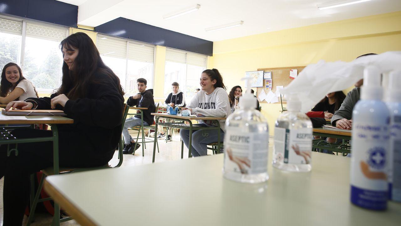 Alumnos de segundo de Bachillerato del Perdouro, este lunes por la mañana, de vuelta a las aulas