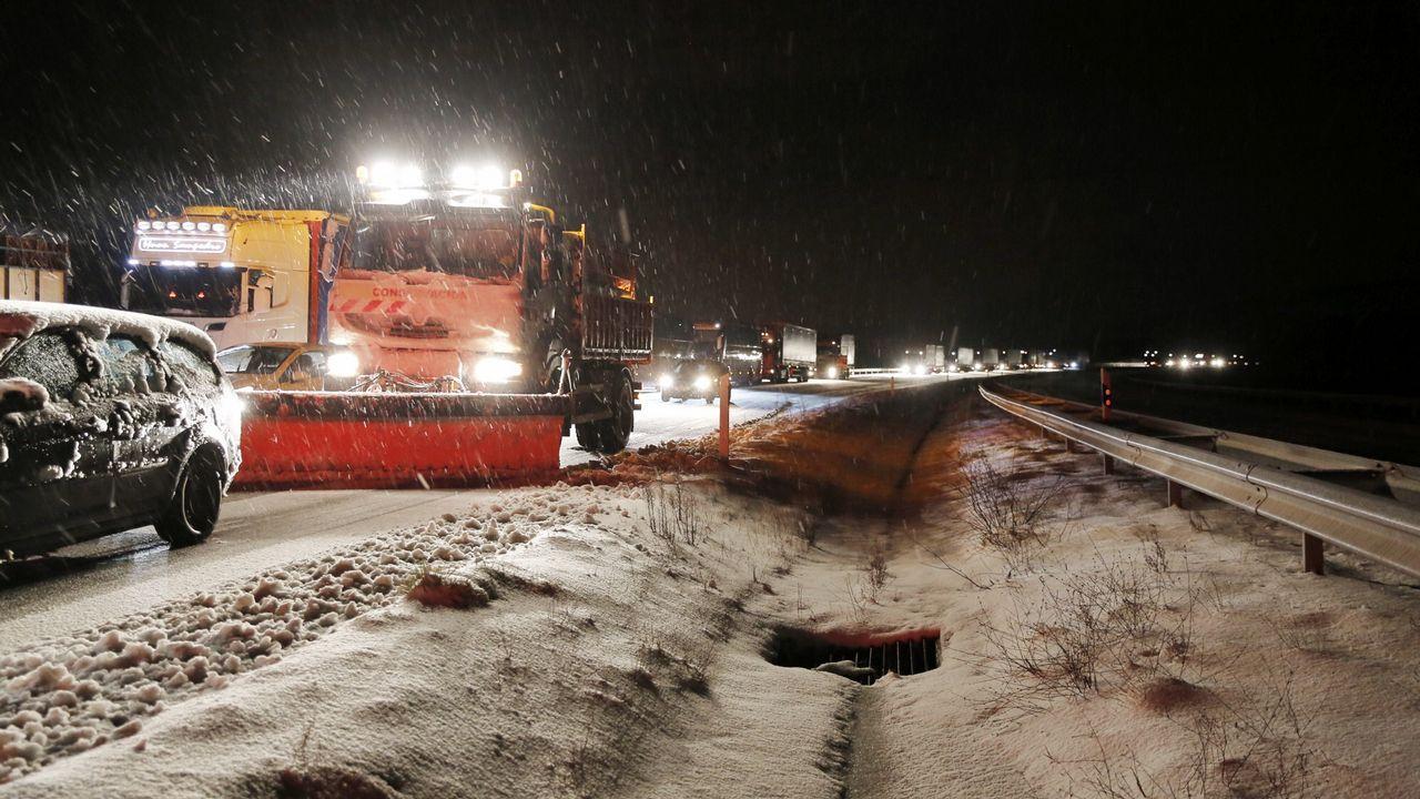 La nieve complicó el tráfrico en al A-52.Carretera que une Ourense con Castro Caldelas