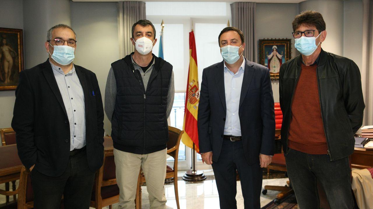 El presidente de la Deputación da Coruña, Valentín González, y los diputados Xosé Luis Penas y José Manuel Pequeño (alcalde de Dumbría) se reunieron ayer, en la jornada previa a la etapa en O Ézaro, con el director general de Unipublic, Javier Guillén