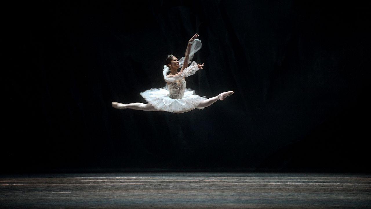 Un bailarín del Ballet Nacional Checo actúa durante un ensayo general de «La Bayadera» en el Teatro Maestranza de Sevilla