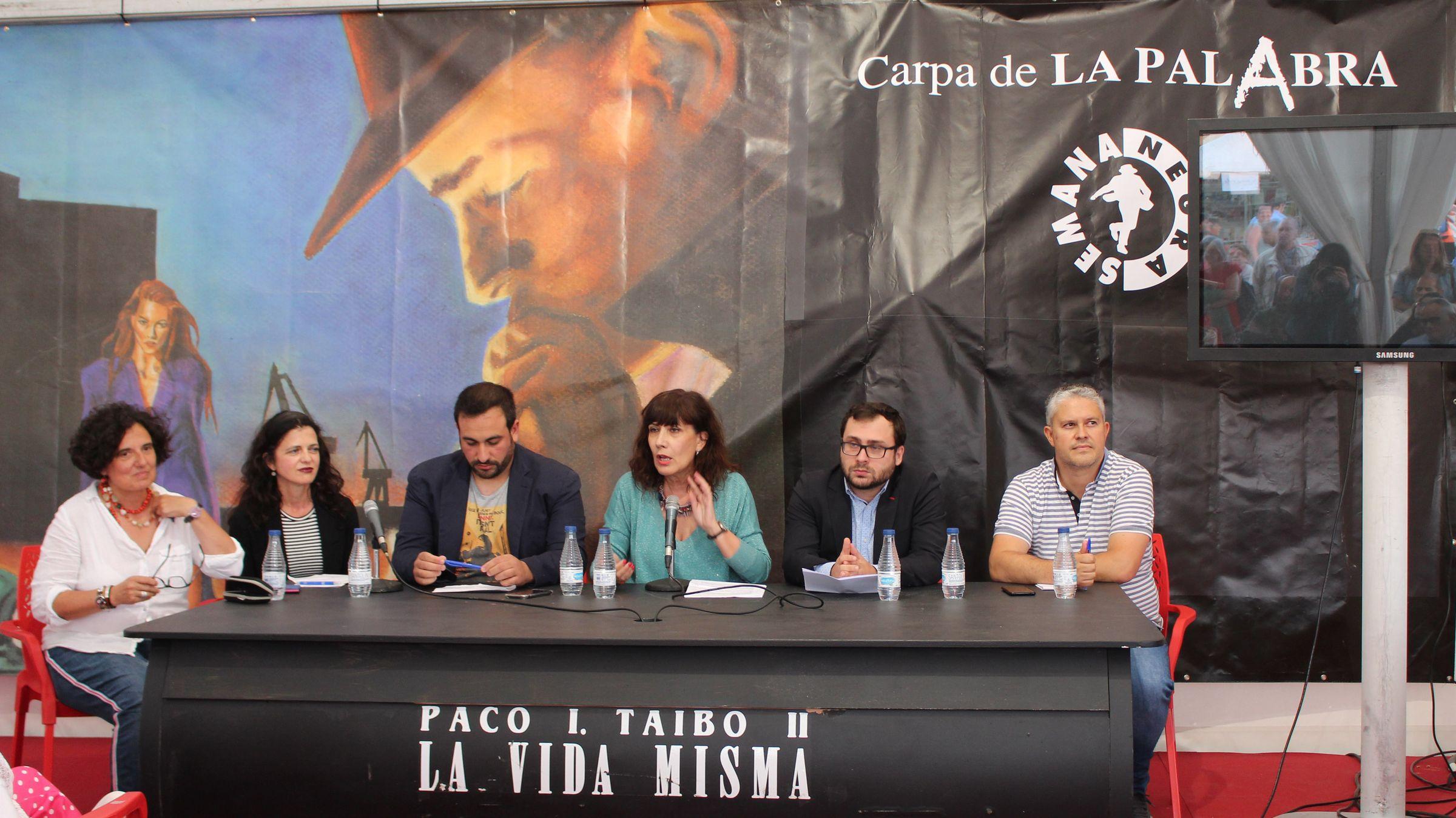 De China a Cangas pa falar asturianu.Participantes na mesa sobre la oficialidá.