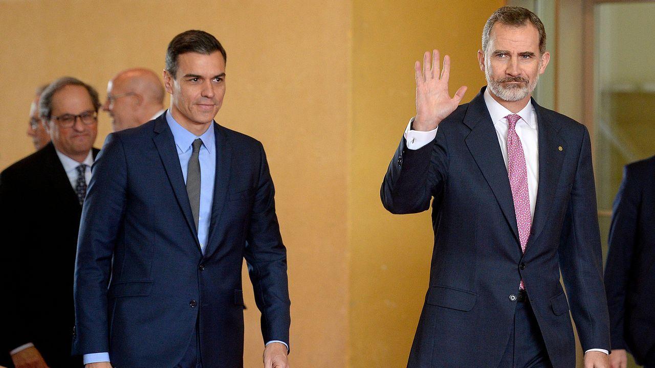 El Rey estrecha la mano a Torra a su llegada al Mobile.La coportavoz de la ejecutiva de Podemos, Noelia Vera, con el secretario de organización del partido, Pablo Echenique