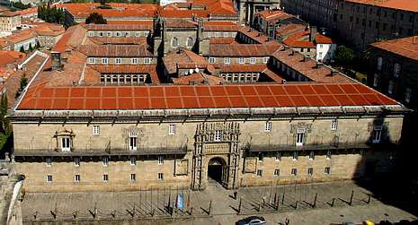 El Hostal cierra uno de los laterales del Obradoiro.