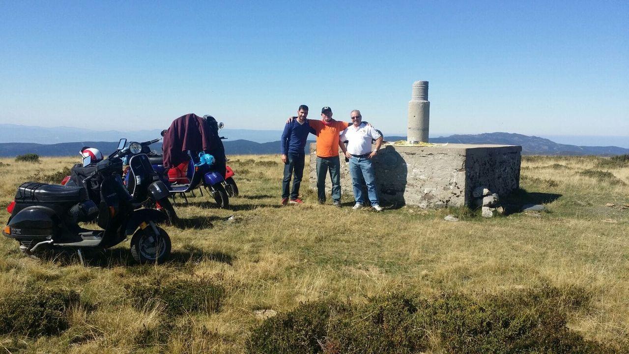 María Páez puede localizar a sus vacas gracias a los collares con GPS.Tres de los miembros del Club Vespa Lambretta de Ourense que recorrieron el Macizo Central en el año 2015