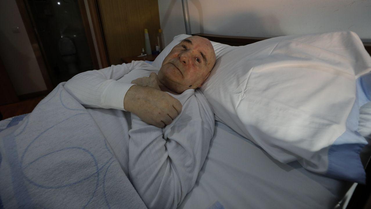 José María Ratoeira en el piso en el que vive solo en Mondoñedo, con la ayuda de una asistenta