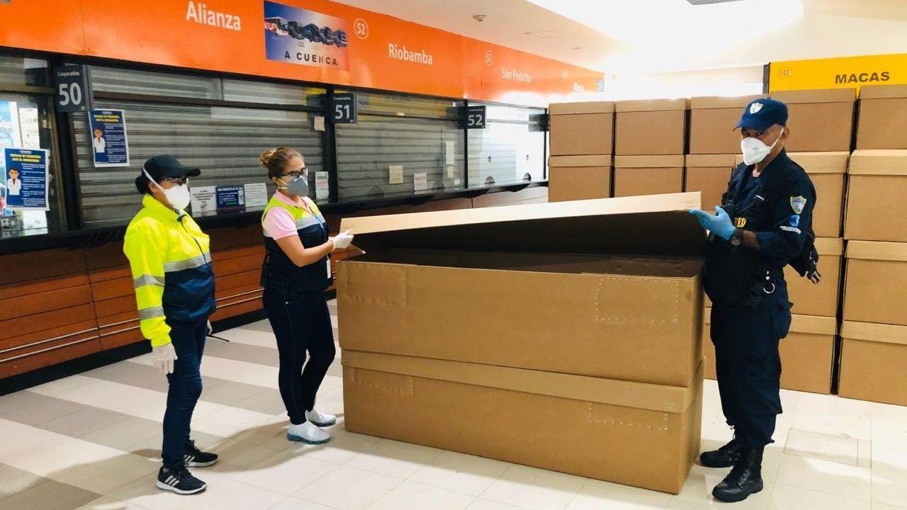 Las primeras 1.500 unidades de ferétros de cartón prensado fueron recepcionadas el sábado