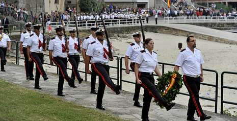 El desfile militar volvió a ser uno de los actos centrales y multitudinarios de la festividad de la Virxe do Carme.