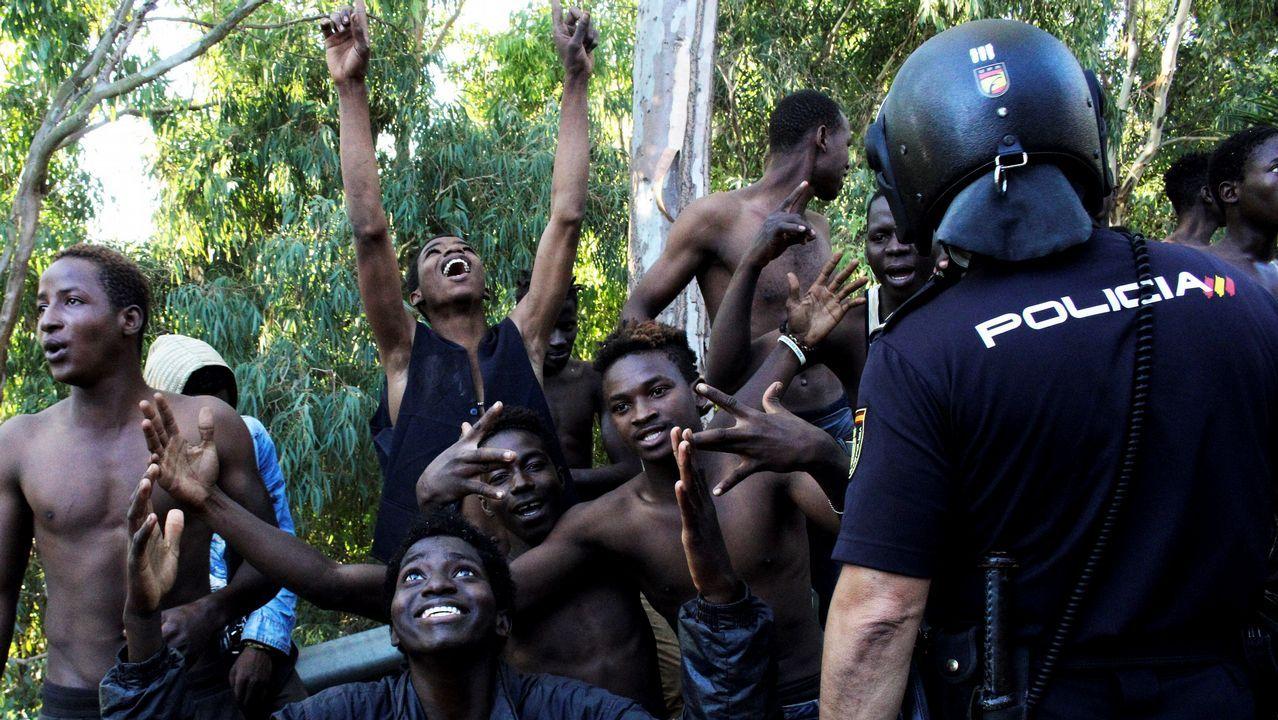 Cientos de inmigrantes cruzan la valla de Ceuta.Durante algo más de una hora, los agentes marroquíes y los guardias civiles han intentado contener el asalto