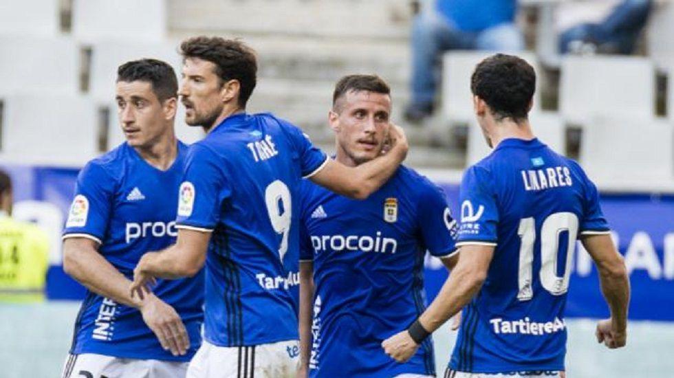 Tejera Real Oviedo Extremadura Carlos Tartiere.Lucas Torró protege un balón en el encuentro frente al Lugo