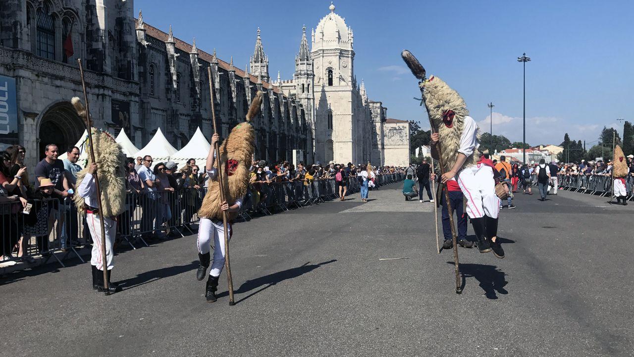 Los sidros pegan su característico salto delante del Monasterio de los Jerónimos, durante el desfile de la Máscara Ibérica