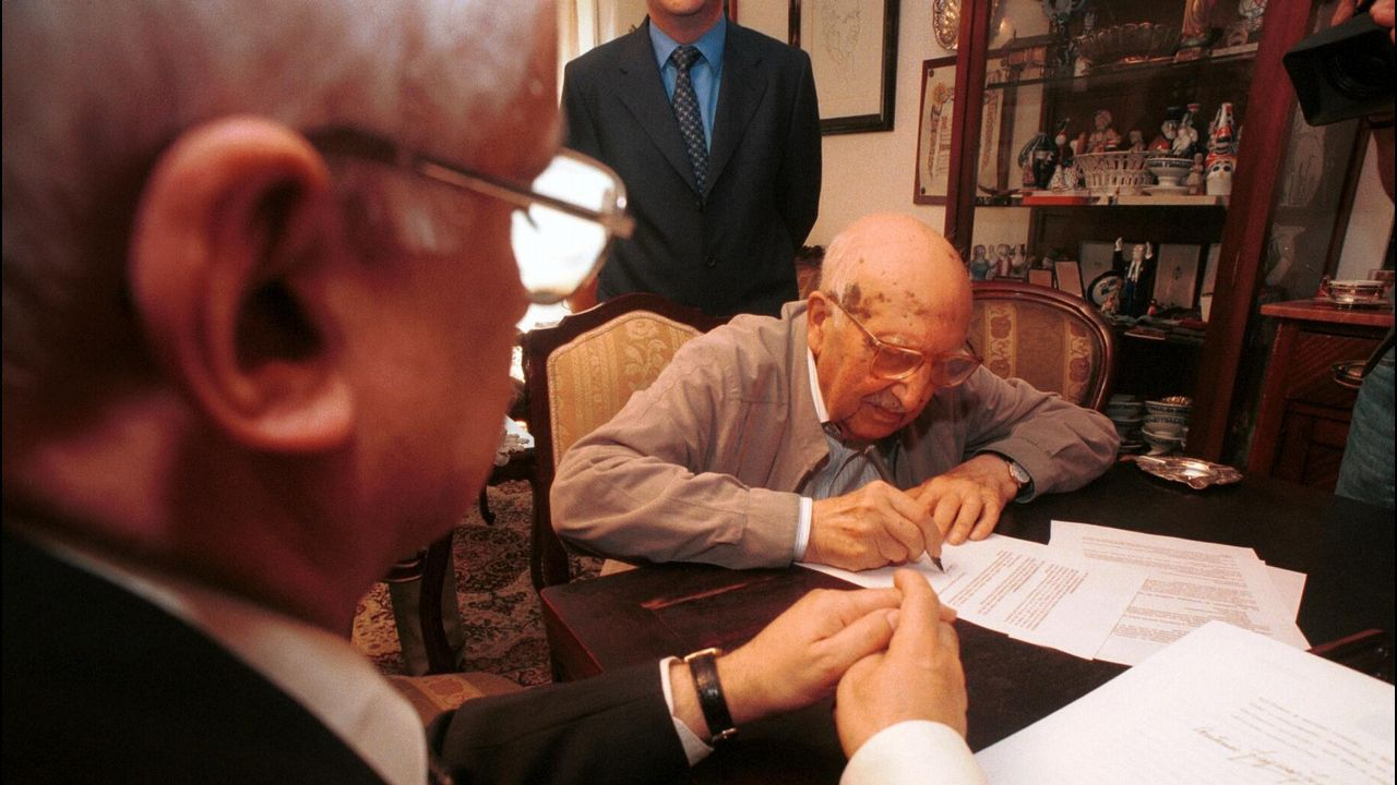 Antonio Fraguas firmando a acta de constitución da fundación que leva o seu nome