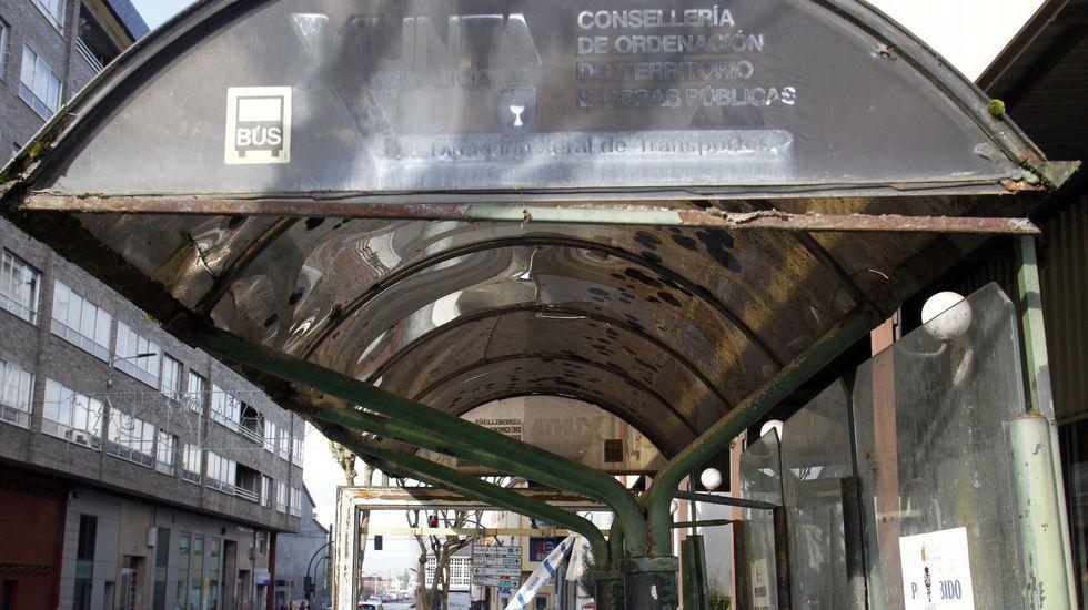 Detalle de la marquesina de la estación de autobuses, que está sucia y desvencijada